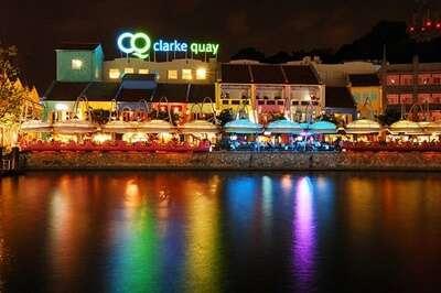 ย่านสีสันริมแม่น้ำยามค่ำคืนที่ Clarke Quay
