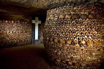 สุสานใต้ดิน (Paris Catacombs)