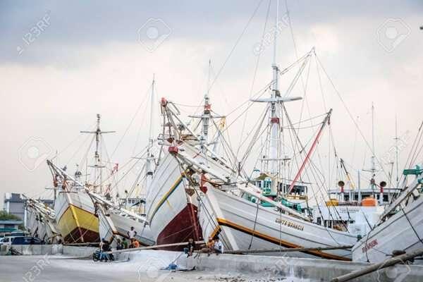 แล่นเรือใบที่ท่าเรือ Sunda Kelapa